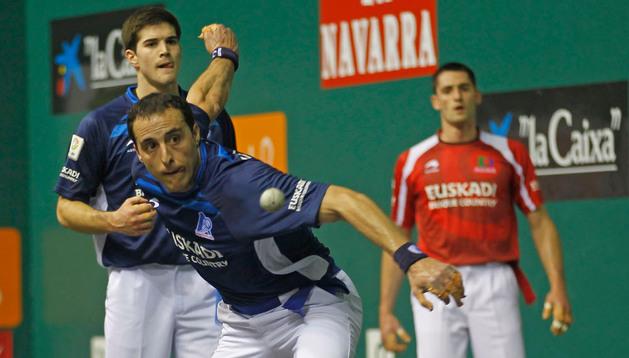 Martínez de Irujo golpea la pelota ante Zabaleta. Al fondo, Albisu. Este domingo, los tres, junto a Berasaluze II, juegan la final del Campeonato de Parejas