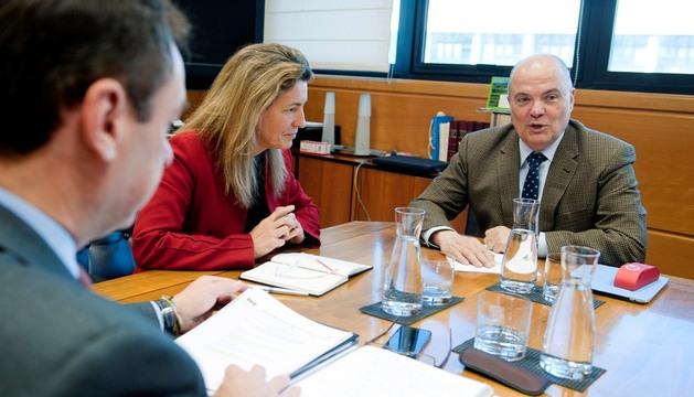 La consejera de Medio Ambiente y Política Territorial del Gobierno Vasco, Ana Oregi, y el consejero de Fomento del Gobierno de Navarra, Luis Zarraluqui