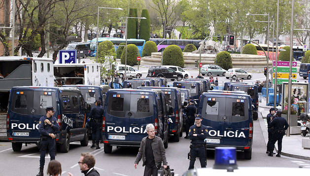 Efectivos policiales en los alrededores del Congreso de los Diputados, preparados ante la protesta.
