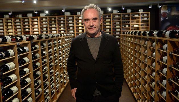 El cocinero Ferran Adrià posa en su bodega