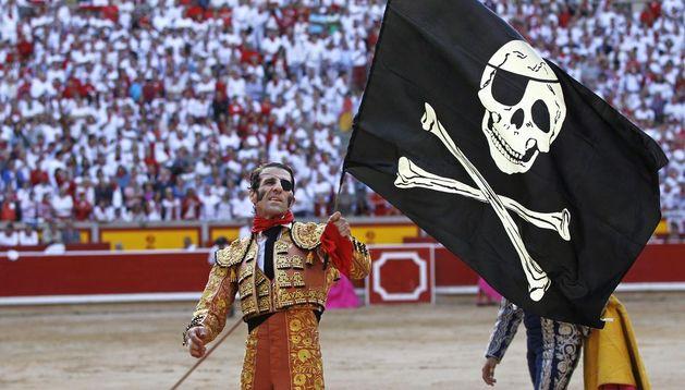 Juan José Padilla regresó a Pamplona el 14 de julio de 2012 después de la gravísima cogida sufrida en Zaragoza unos meses antes. Paseó una bandera pirata y triunfó.