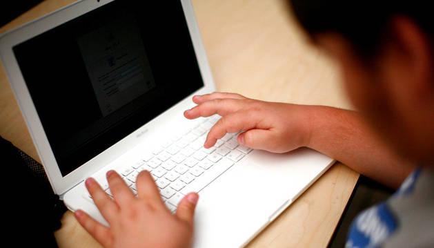 Una persona teclea en un ordenador