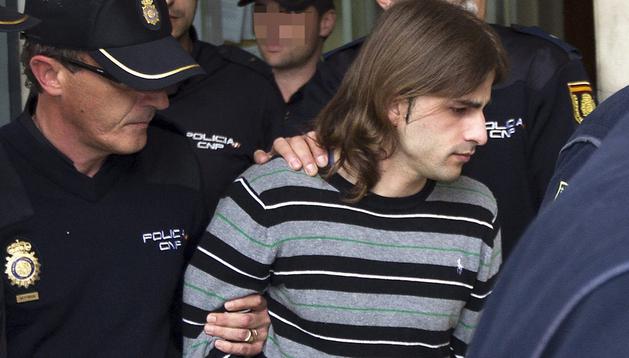 El asesino de la joven Marta del Castillo, Miguel Carcaño, es escoltado con fuerte protección policial, durante su traslado ante el juez