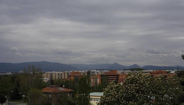 Los cielos cubiertos y las lluvias débiles o moderadas continuarán este martes en Navarra.