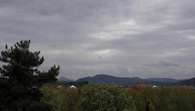 Cielos muy nubosos en la comarca de Pamplona.