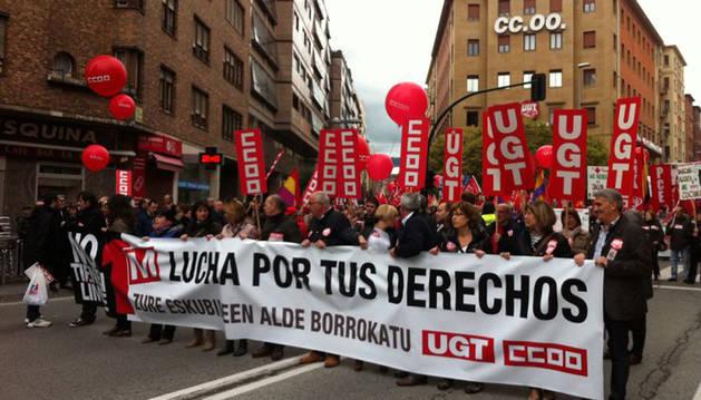 La marcha del 1 de Mayo ha salido de la avenida Zaragoza y llegará hasta la plaza de la Cruz.