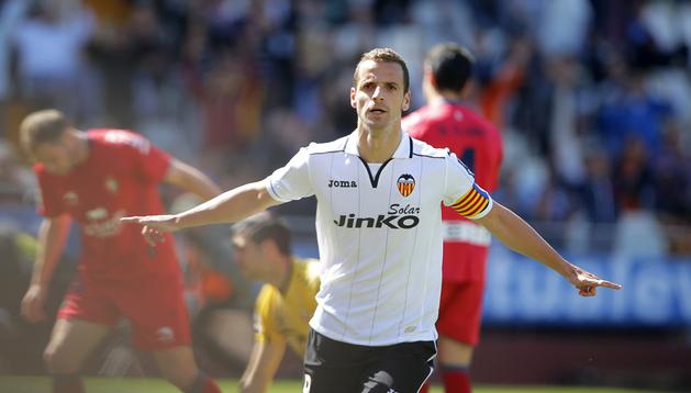 Roberto Soldado celebra el primer gol del Valencia a Osasuna