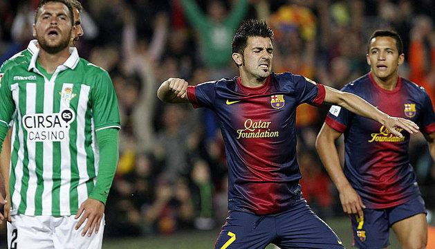 El delantero del FC Barcelona David Villa (c) celebra el gol marcado ante el Betis.