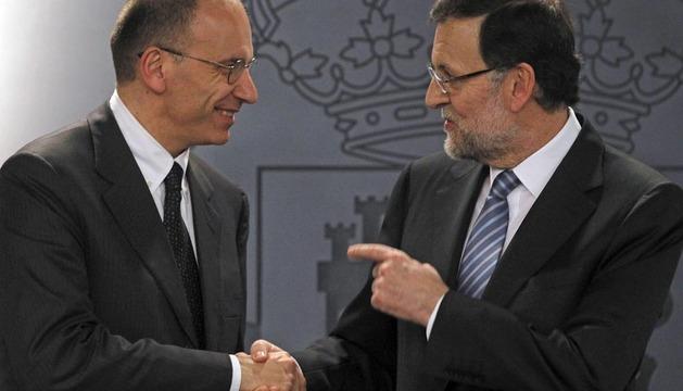 El presidente del Gobierno saluda al nuevo primer ministro italiano antes de la rueda de prensa.