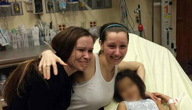 Amanda Berry (C), en el momento de reunirse con sus hermanas tras permanecer 10 años secuestrada.