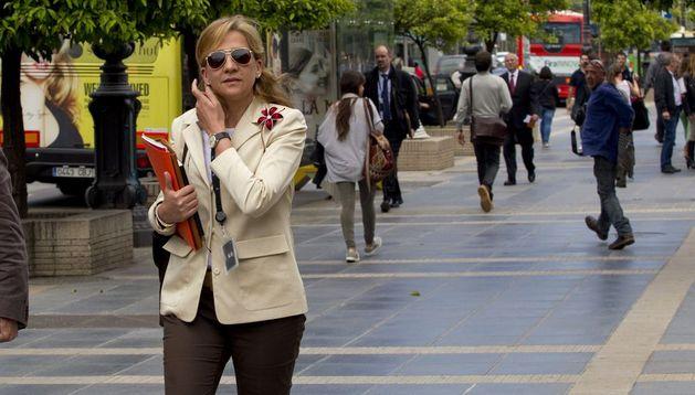La infanta Cristina a su salida este martes de su trabajo en la central barcelonesa de La Caixa.