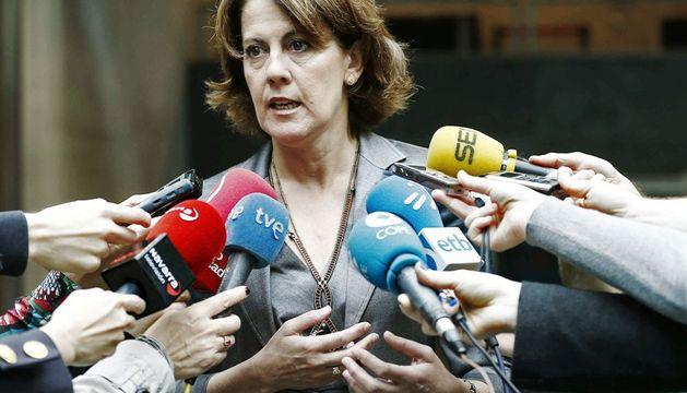 La presidenta del Gobierno foral, Yolanda Barcina, en declaraciones a los periodistas momentos antes de asistir al pleno