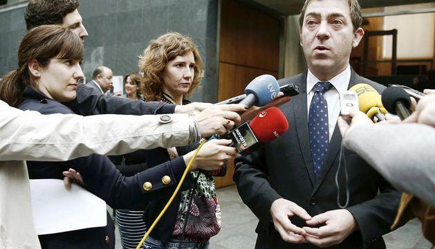 El secretario general del PSN, Roberto Jiménez, atiende a los periodistas este jueves