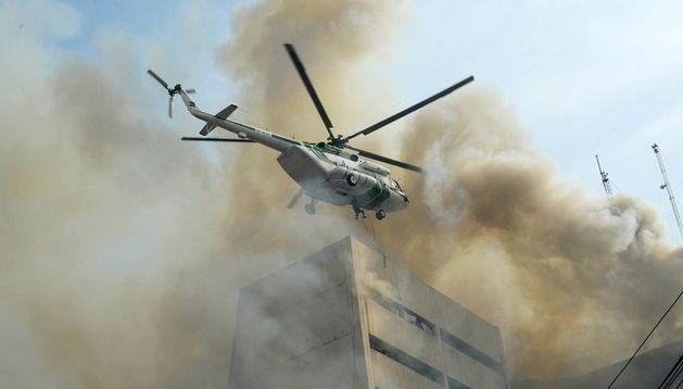 Un helicóptero durante las labores de rescate.