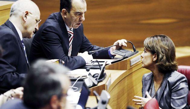 Yolanda Barcina y Carlos García Adanero en el inicio del pleno del Parlamento foral