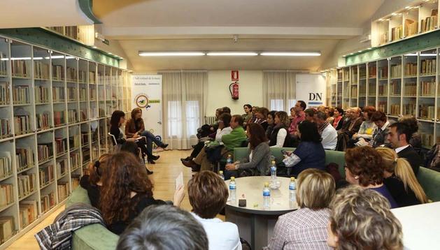 Reyes Calderón, junto a Belén Galindo, en la sesión de ayer del Club de Lectura de Diario de Navarra