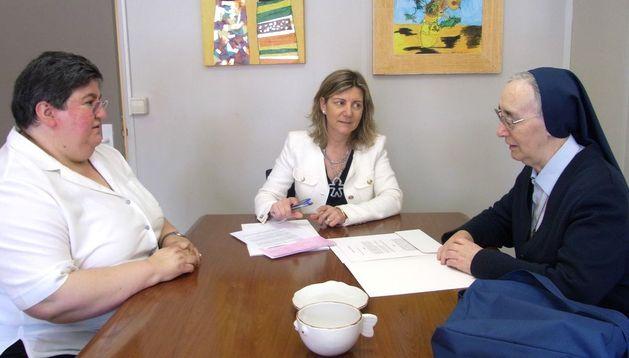 De izda. a dcha.: Fuertes, Botín y García en la firma del convenio.