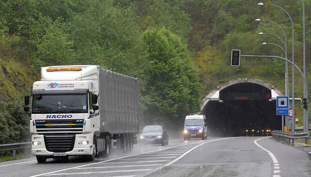 Un camión transita por el carril habilitado ayer en los túneles de Belate en sentido Irún (Guipúzca).