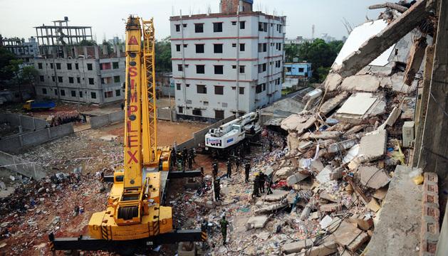 Tareas de rescate tras el derrumbe en Bangladesh de un edificio de talleres textiles.
