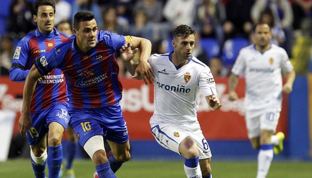 El jugador del Levante, Iborra (izda.) trata de frenar el avance del zaragocista Rodri