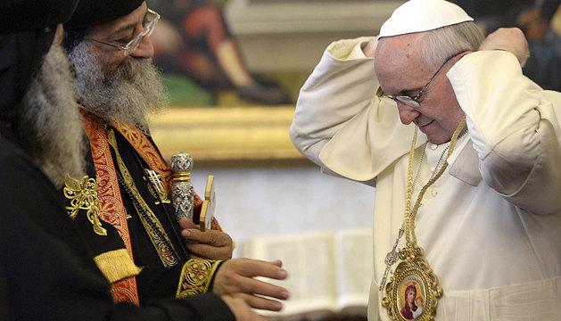 El papa Francisco se coloca en el cuello un regalo del patriarca de la Iglesia Copta Ortodoxa.