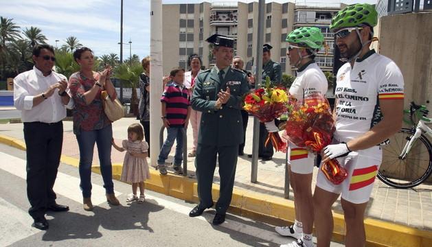 Los familiares de los fallecidos en el atentado en Santa Pola (Alicante) en 2002 reciben a los dos guardias civiles que realizan el homenaje