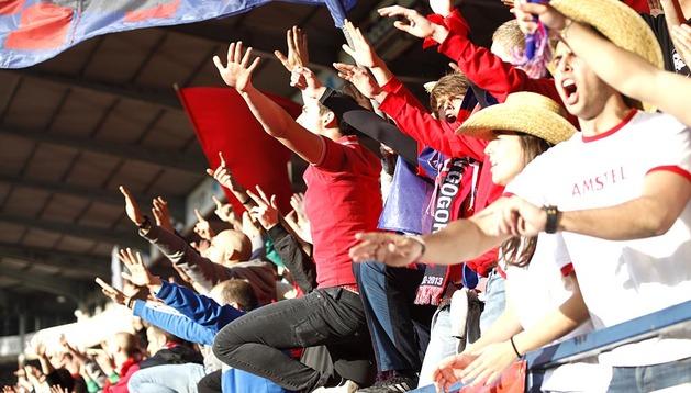 Los aficcionados apoyan a Osasuna.
