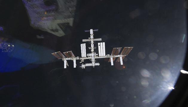 Imagen de la EEI mientras dos aeronaves se preparan para acoplarse en la órbita terrestre.