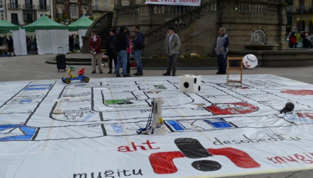 Juego de la oca escenificado en la Plaza del Castillo durante la concentración de protesta