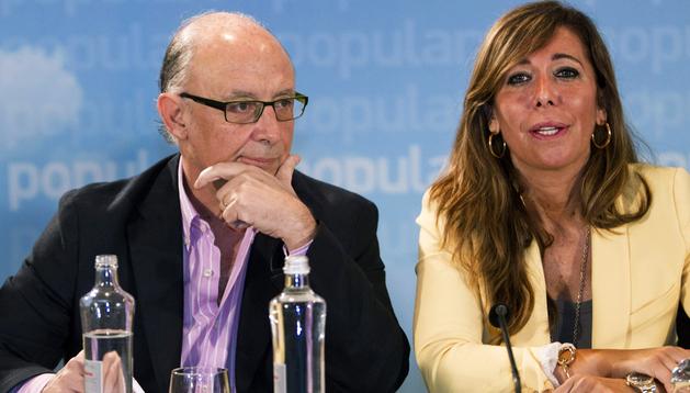 El ministro de Hacienda, Cristóbal Montoro, y la presidenta del PPC, Alicia Sánchez-Camacho, durante la reunión de dirección de los populares catalanes