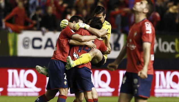 Armenteros, Andrés Fernández y Arribas se funden en un abrazo ante los resoplidos de Damiá al finalizar el encuentro