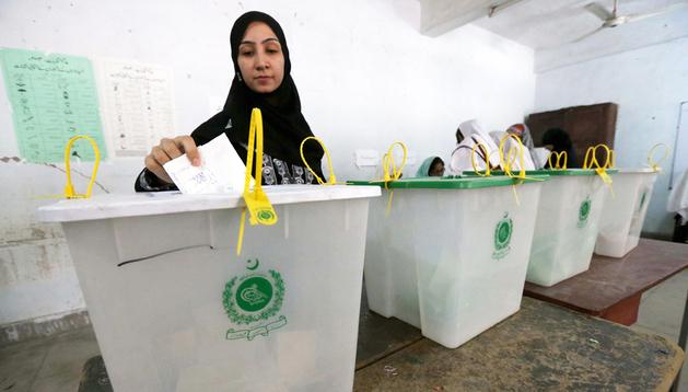 Una mujer vota en un colegio electoral de la localidad paquistaní de Peshawar