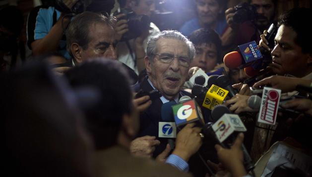 El exdictador guatemalteco José Efraín Ríos Montt (centro), habla con la prensa en la Corte Suprema de Justicia en Ciudad de Guatemala (Guatemala)