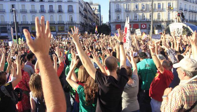 Varios miles de personas han vuelto a concentrarse hoy en la Puerta del Sol de Madrid, convocadas por el 15M