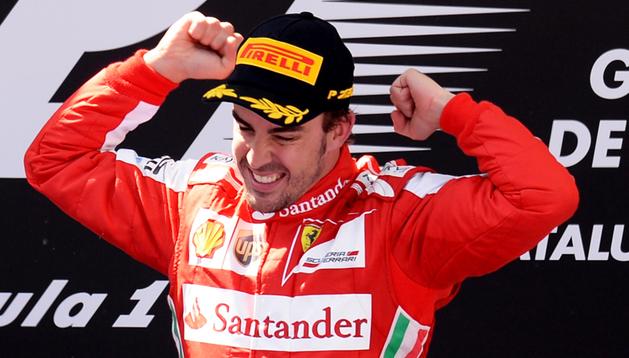Fernando Alonso celebra en lo más alto del podio su victoria en el GP de España