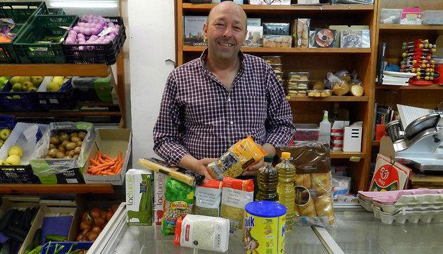 José Joaquín Urra, con aliementos, en Artajona.