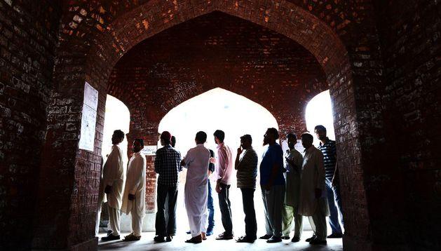 Unos ciudadanos hacían cola para votar este sábado en Lahore.