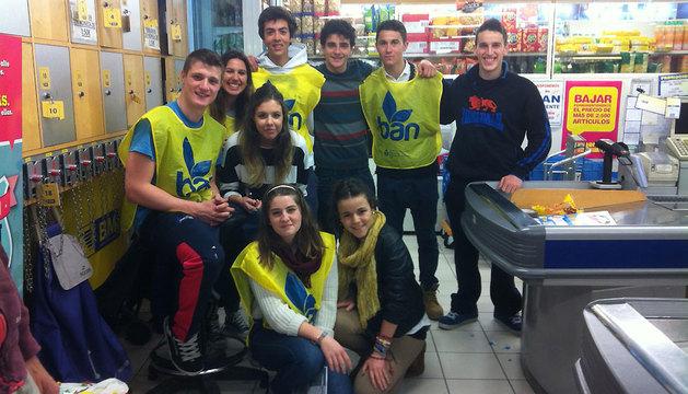 Un grupo de alumnos de Bachiller del colegio Jesuitas, en un supermercado de Pamplona.