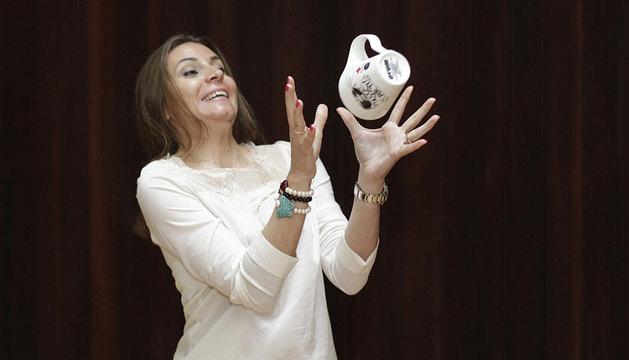 Sabina Puértolas, alcanzando la taza lanzada al vuelo.