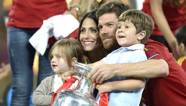 Xabi Alonso con su mujer y sus dos hijos.
