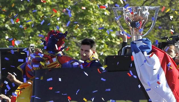 Los jugadores, técnicos y aficionados se fundieron en las calles de Barcelona para celebrar el título de Liga conseguido.