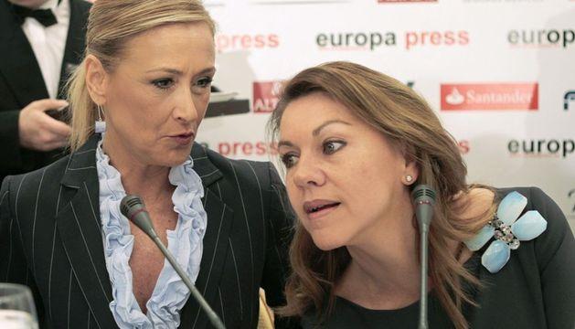 La delegada del Gobierno en Madrid, Cristina Cifuentes (i), y la secretaria general del PP, María Dolores de Cospedal, durante el desayuno informativo.