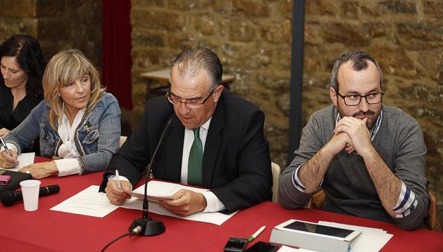 El alcalde, Enrique Maya (centro) durante la Mesa de Sanfermines 2013