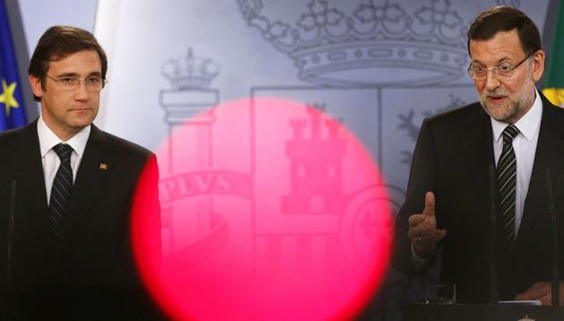 El primer ministro portugués, Pedro Passos Coelho (izda.), y el presidente del Gobierno español, Mariano Rajoy (dcha.), durante la rueda de prensa tras la XXVI cumbre bilateral España-Portugal