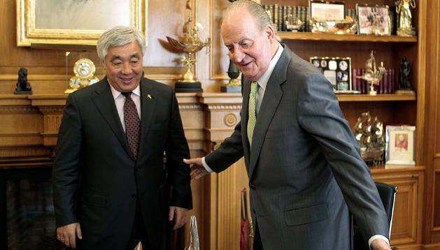 El Rey saluda al ministro de Asuntos Exteriores de Kazajistán, Erlan Idrissov, durante la visita oficial a la Zarzuela