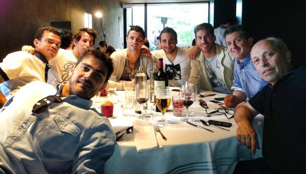 Casillas, Pepe, Coentrao, Cristiano Ronaldo, Higuaín, Sergio Ramos y Chendo, entre los comensales