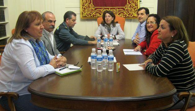 Momento de la reunión entre Carmen Alba, el coronel de la Guardia Civil, Juan Luis Pérez, y concejales de Artica y Berrioplano.