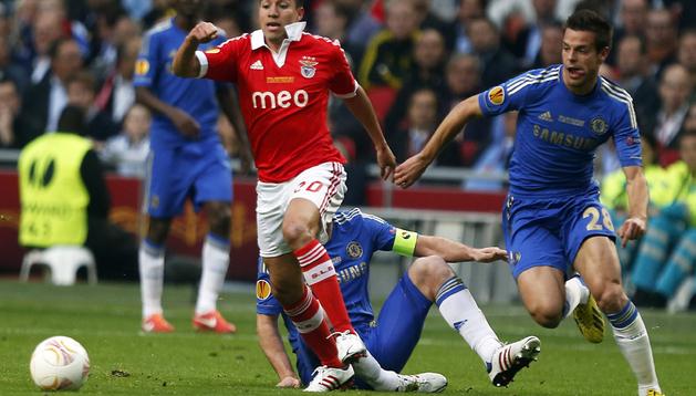 El jugador del Benfica Nicolas Gaitán (izda.) es marcado por el navarro Cesar Azpilicueta (dcha.), del Chelsea FC