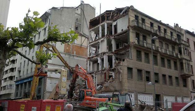 Las excavadoras dejan al descubierto la fachada del inmueble construido en 1925.