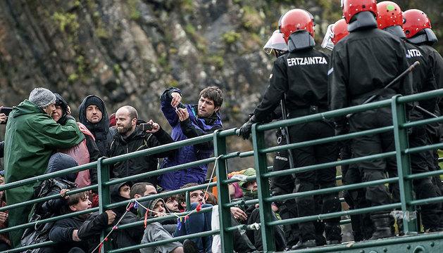 Urtza Alkorta (2i), se despide de familiares y amigos momentos antes de ser detenida.